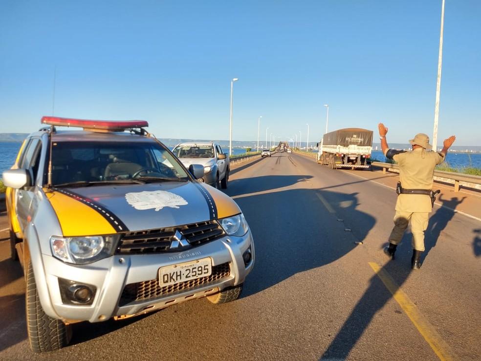 Ponte ficou parcialmente interditada após o acidente — Foto: Mayky Araújo/TV Anhanguera