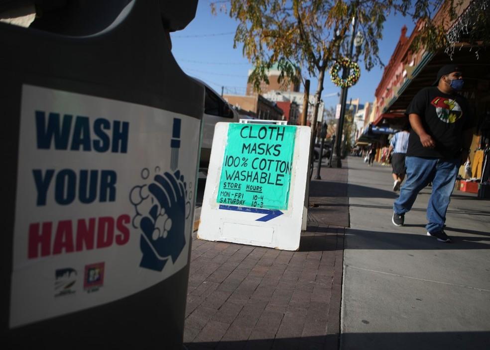 Cartazes avisam sobre importância de lavar as mãos e anunciam venda de máscaras em El Paso, no Texas (EUA) — Foto: Mario Tama / Getty Images North America / Getty Images via AFP