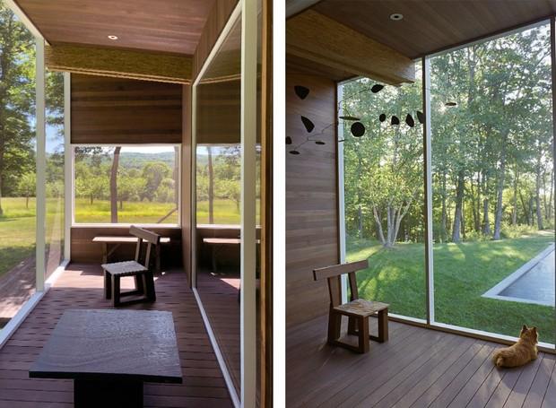 A varanda suspensa tem móbile de Alexander Calder (Foto: Reprodução Domus )