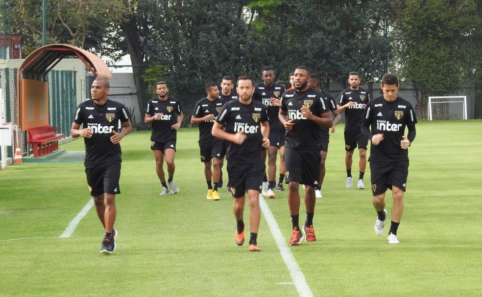 f2c505e08c125 ... Jogadores do São Paulo correm no gramado do CT nesta sexta-feira — Foto