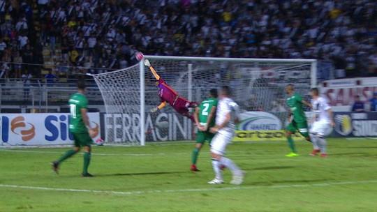 Diego Renan solta a bomba, e Giovanni faz grande defesa, aos 43' do 1º tempo