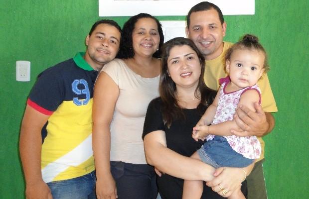 Soraya com os pais, o tio e a tia que a gerou por meio de barruga de aluguel, em Goiânia (Foto: Arquivo pessoal)