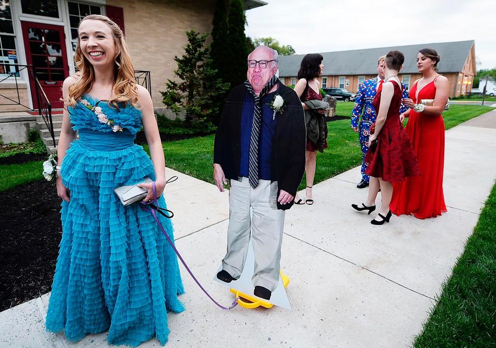 Estudante leva 'Danny DeVito' de papelão a baile escolar nos EUA (Foto: Michael Bupp /The Sentinel via AP)