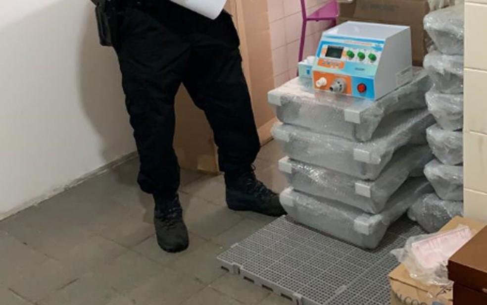 Polícia Federal fez buscas e encontrou 25 respiradores em galpão de empresa — Foto: Divulgação/PF