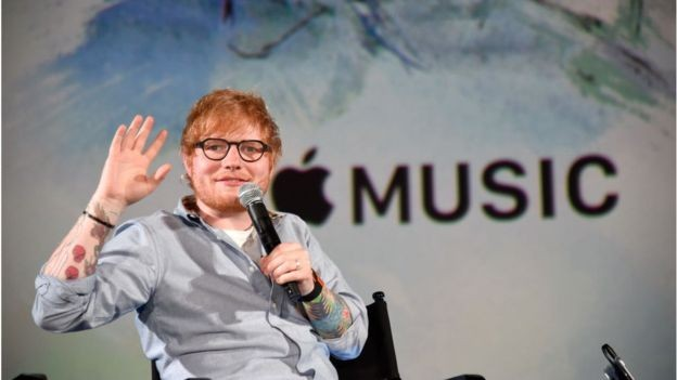 Cantor Ed Sheeran em evento da Apple Music, braço que é uma das apostas da gigante de tecnologia (Foto: Getty Images via BBC)