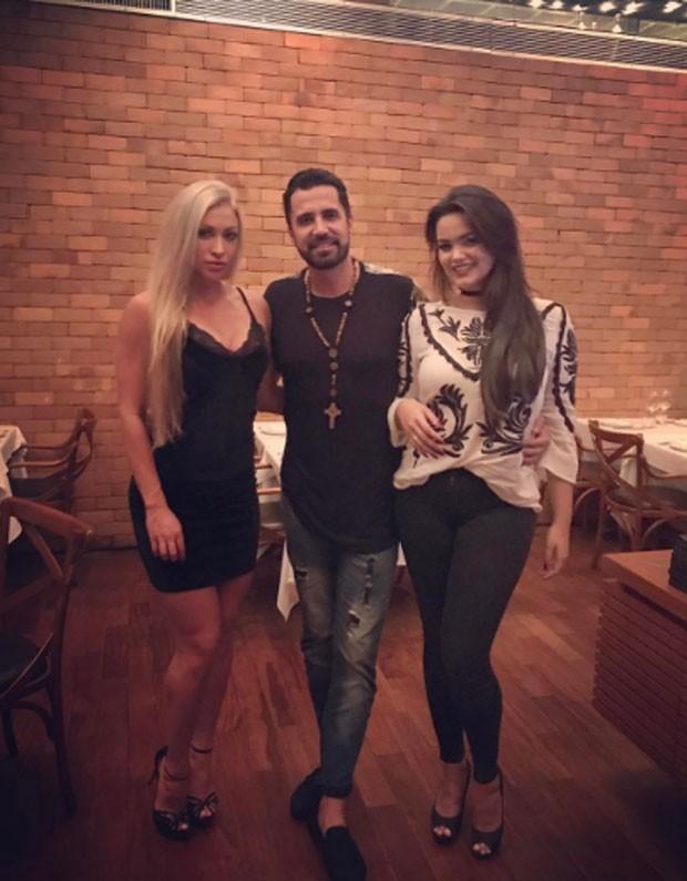 Latino com a noiva Jéssica rodrigues e a filha Suzanna Freitas, da relação com Kelly Key  (Foto: Reprodução)