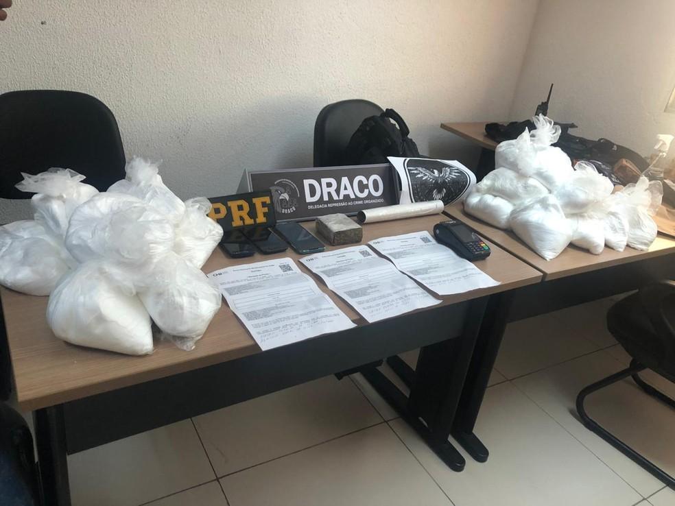 No esconderijo do foragido, foram apreendidos 25 kg de um pó branco utilizado no refino da cocaína e 200 gramas de maconha — Foto: PRF/Reprodução