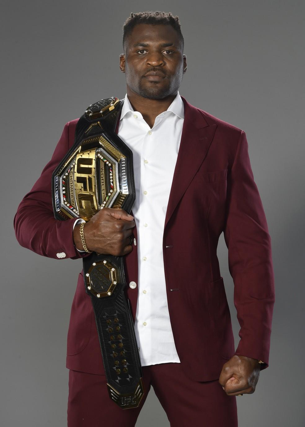 Francis Ngannou posa com o cinturão dos pesos-pesados após o UFC 260 — Foto: Getty Images