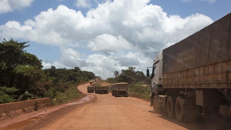 Cerca de 250 km entre Cuiabá (MT) e Santarém (PA) ainda não foram asfaltados - Caminhos da Safra (Foto: Fernando Martinho/Ed.Globo)