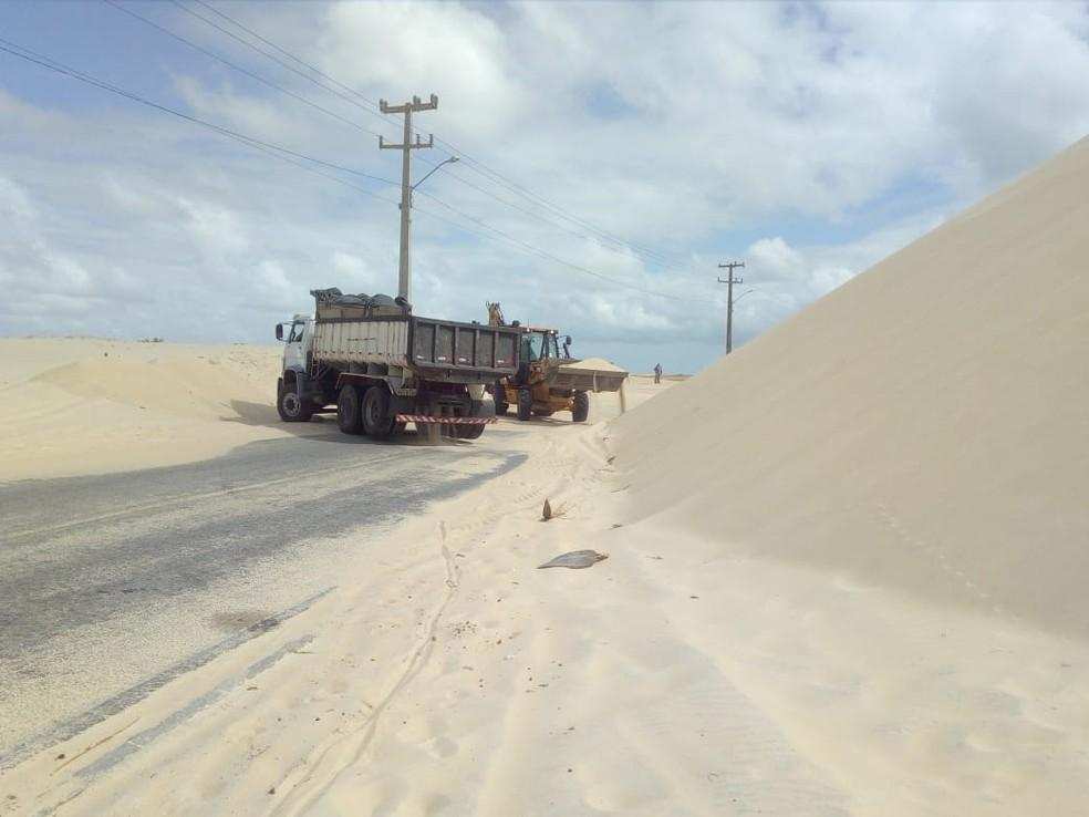 Construída entre dunas móveis, a RN-305, conhecida como estrada de Pitangui, está tomada por areia — Foto: Deivulgação