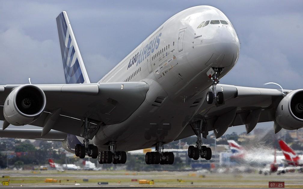 Foto de junho de 2007 mostra um Airbus A380 decolando para um voo de demonstração no aeroporto internacional de Sydney, na Austrália — Foto: Torsten Blackwood/AFP