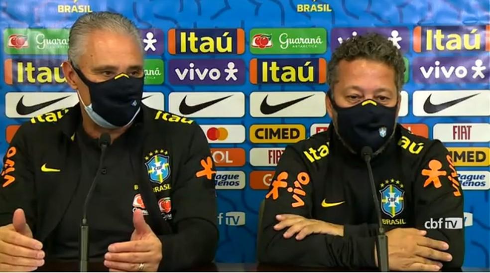 Tite e o auxiliar Cléber Xavier, em entrevista coletiva nesta segunda-feira — Foto: Reprodução / CBF TV