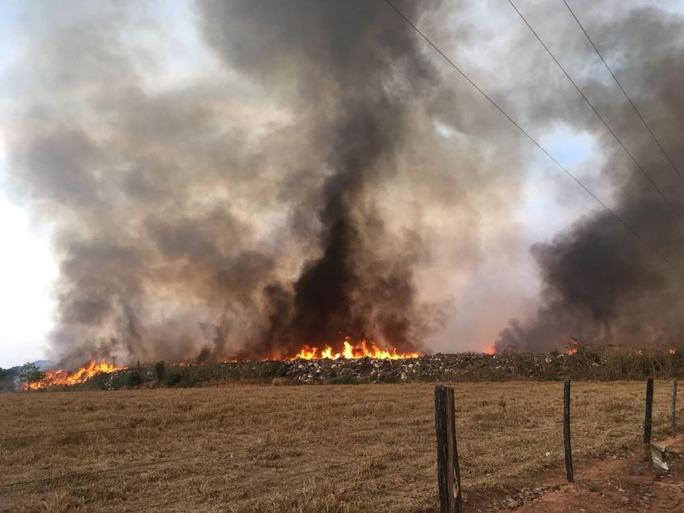 Os bombeiros encontraram uma enorme área queimando com os mais diversos tipos de materiais combustíveis — Foto: Corpo de Bombeiros de Mato Grosso/Assessoria