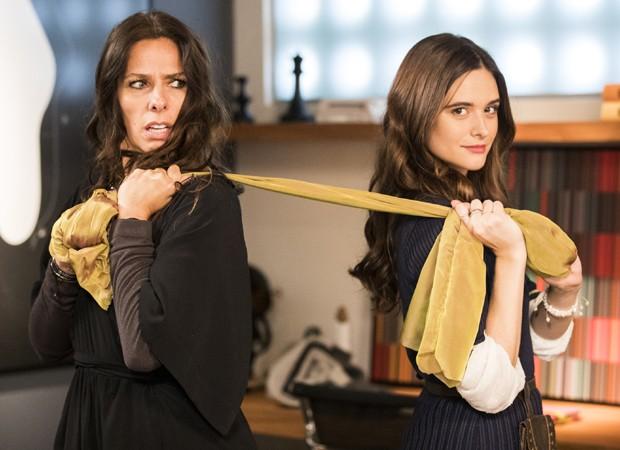 Marocas (Juliana Paiva) descobre que Zelda (Adriane Galisteu) usou suas irmãs para roubar os croquis (Foto: Victor Pollak/TV Globo)