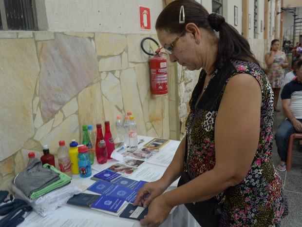 Devotos trazem carteiras de trabalho para serem abençoadas durante a missa (Foto: Maiara Barbosa/ G1)