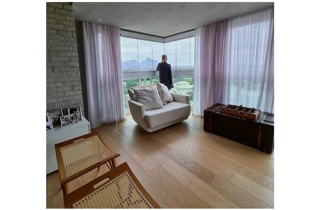Sala da família tem vista para a lagoa na Barra da Tijuca (Foto: Reprodução)