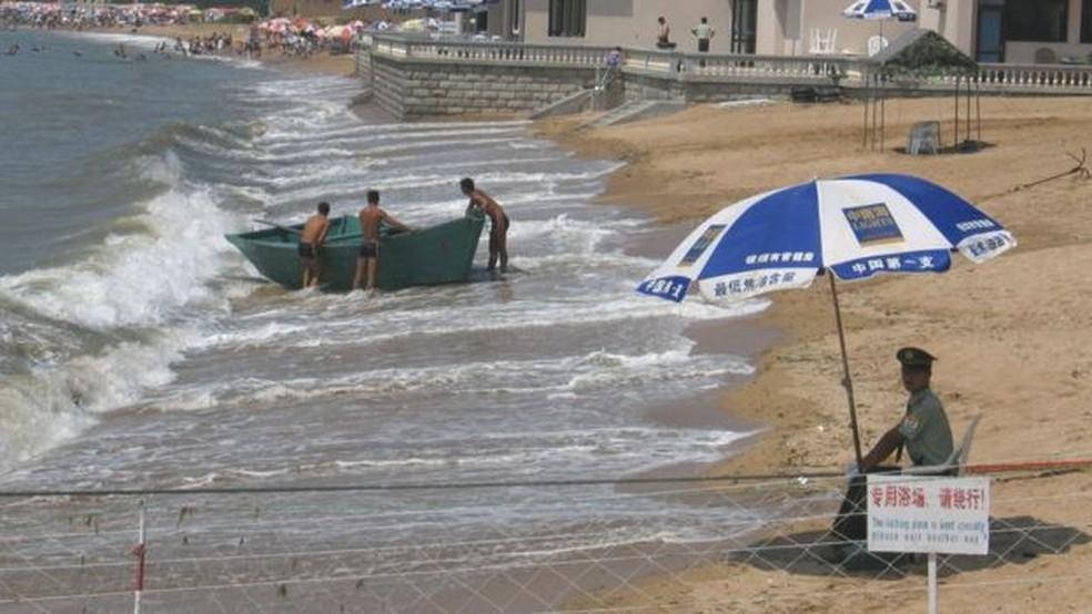 A maioria dos chineses não tem acesso à parte de Beidaihe onde a classe política do país passa as férias — Foto: Getty Images