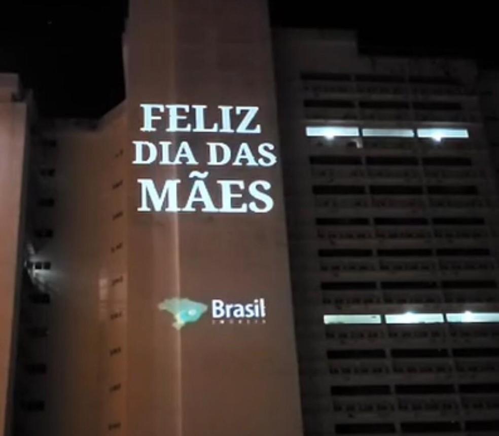 Avos Brasileiros Porn Videos vídeo em homenagem ao dia das mães é projetado em fachada de