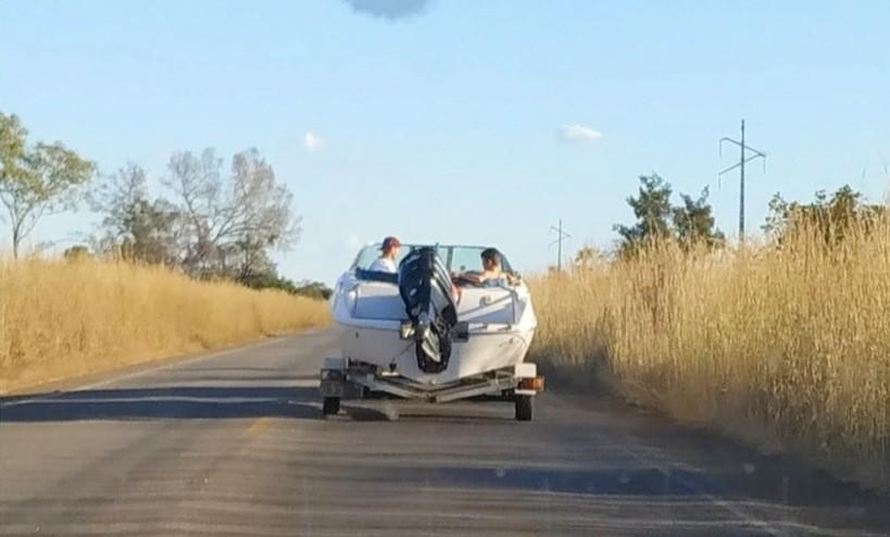 Motorista é flagrado rebocando lancha com duas crianças dentro - Notícias - Plantão Diário