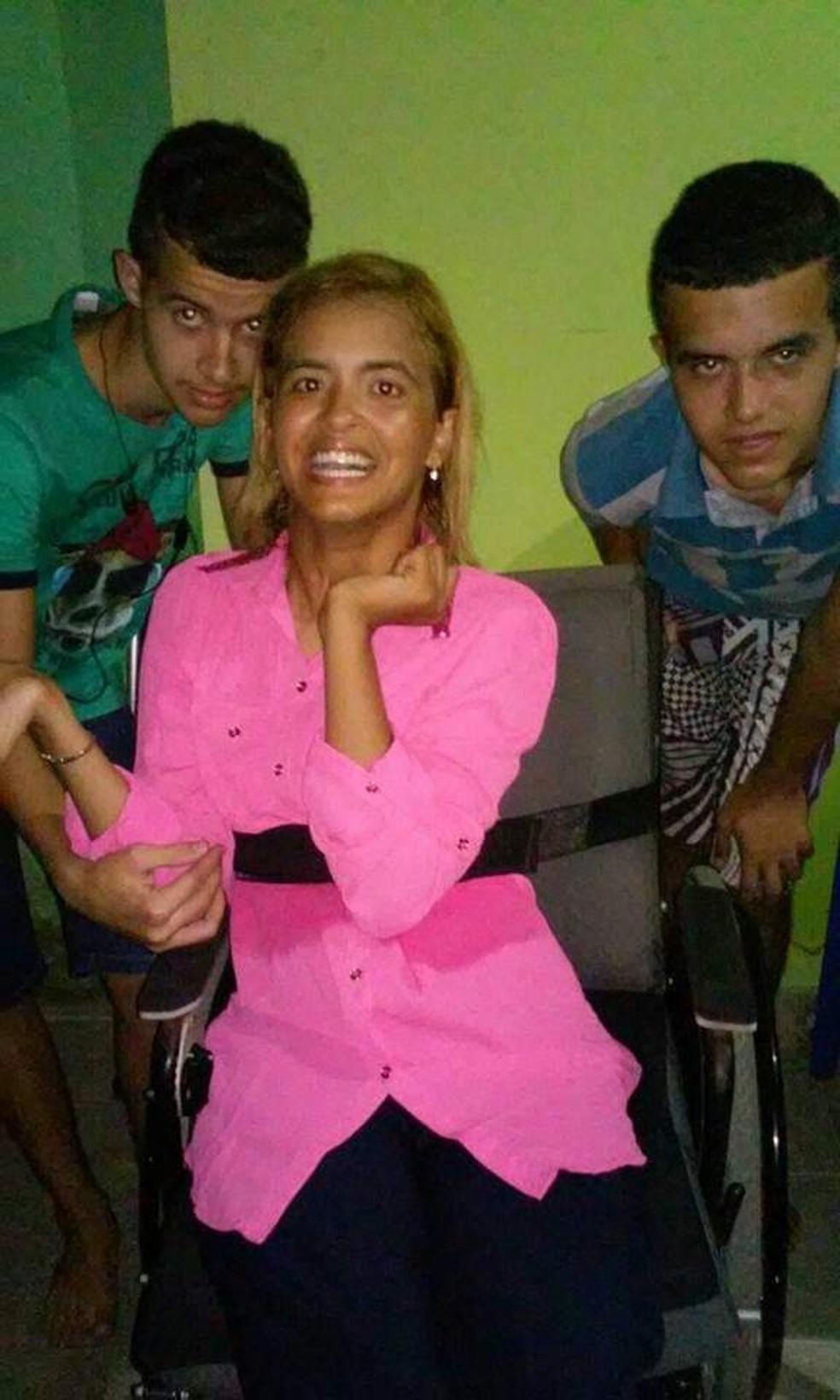 Suellen, moradora de Iguaba Grande (RJ), conta que seus irmãos, Daniel e Gabriel, têm dificuldades na escola mas ela e mãe se unem para ajudá-los — Foto: Suellen Carvalho / Arquivo Pessoal