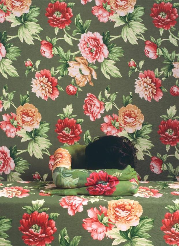 Cecilia Paredes se camufla entre tecidos e papeis de parede (Foto: Reprodução/ The Guardian )