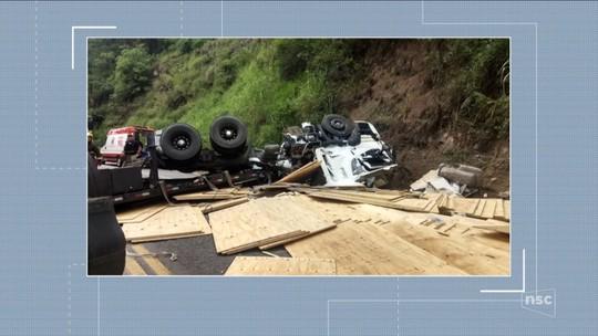 Homem morre e outro fica gravemente ferido após caminhão tombar e interditar BR-470 em Ibirama