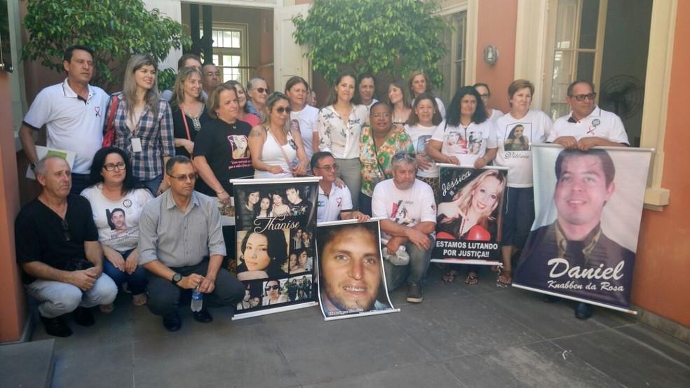 Pais pedem justiça no caso Kiss — Foto: Jonas Campos/RBS TV