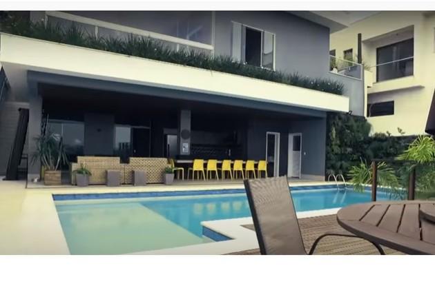 Piscina e varanda da casa de Projota, que fica localizada em área nobre de São Paulo. Ele mostrou no Programa da Eliana, no SBT (Foto: Reprodução)