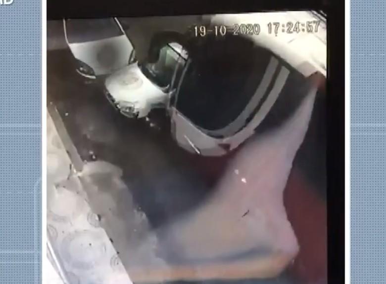 Imagens de câmera de segurança mostram momento em que ônibus arrasta carros durante acidente em Candeias; VÍDEO