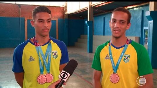 Bronze no Pan de Lima, irmãos Farias voltam à escola onde aprenderam a jogar badminton