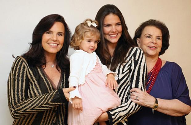 Beleza genética: Daniela Sarahyba (com a filha Gabriela no colo) entre a mãe, Mara Sarahyba, e a avó Adeli Sarahyba (Foto: Via Flores)