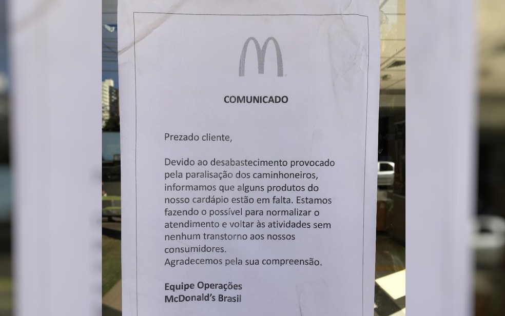 Mc Donald's divulgou comunicado na porta da unidade do Setor Bueno, em Goiânia (Foto: Vitor Santana/G1)