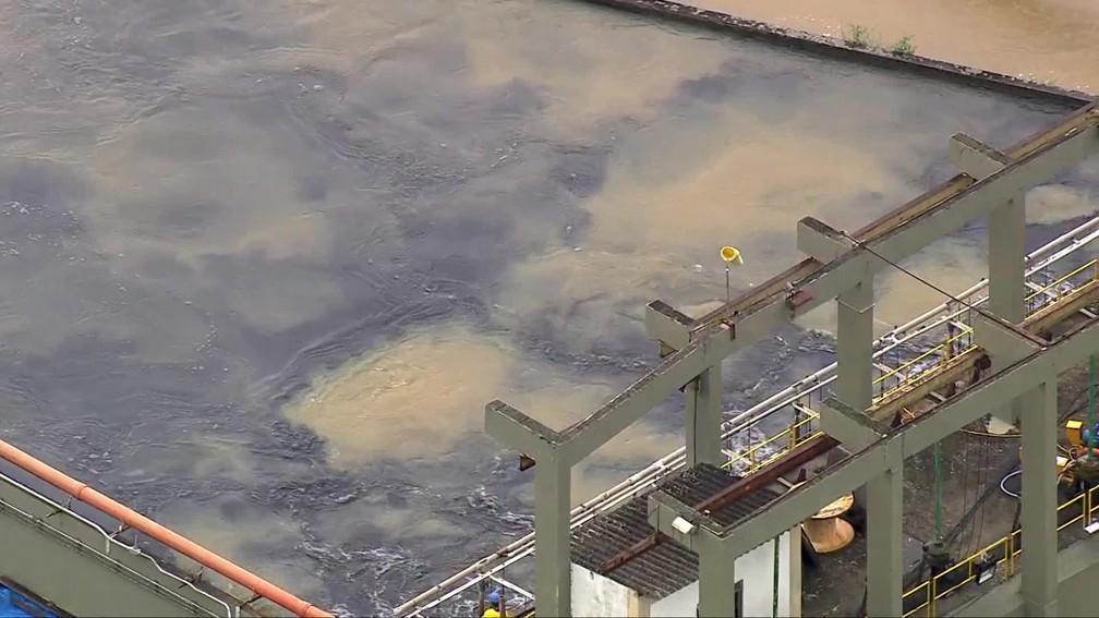 Água escurecida com carvão entra na rede do Guandu — Foto: Reprodução/TV Globo