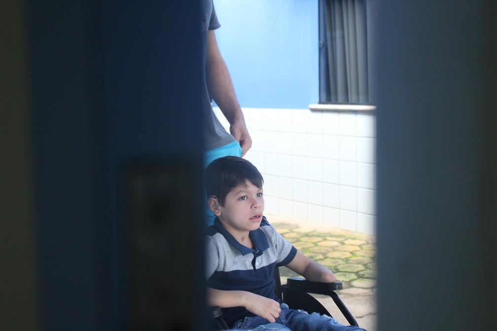 João Victor minutos antes de receber a prótese, em Porto Velho.  — Foto: Pedro Bentes/G1