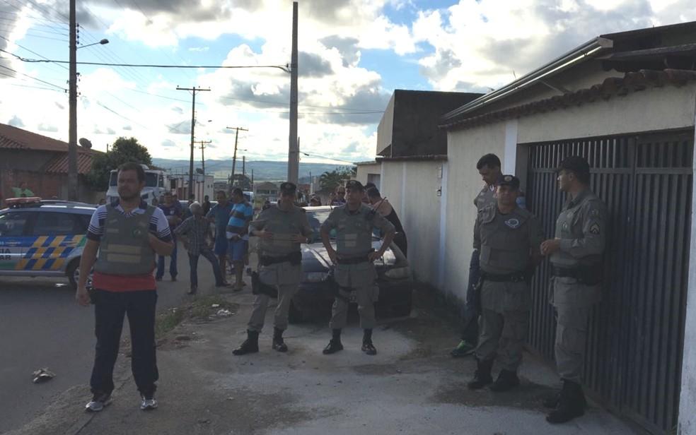 Polícia negocia rendição de criminosos que fazem família refém em Anápolis (Foto: Danila Bernardes/TV Anhanguera)
