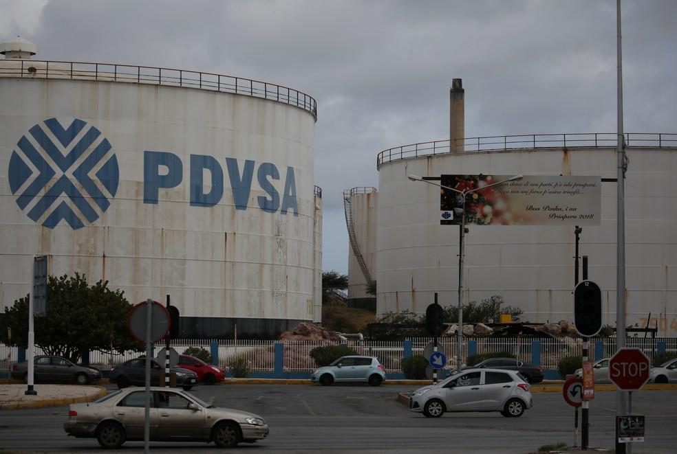 Tanques com o logo da PDVSA em refinaria em Curaçao; foto de 22/04/2018 — Foto: Andres Martinez Casares/Reuters