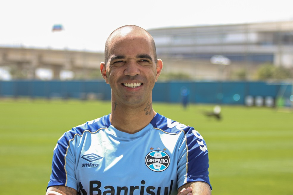 Diego Tardelli, atacante do Grêmio — Foto: Lucas Bubols