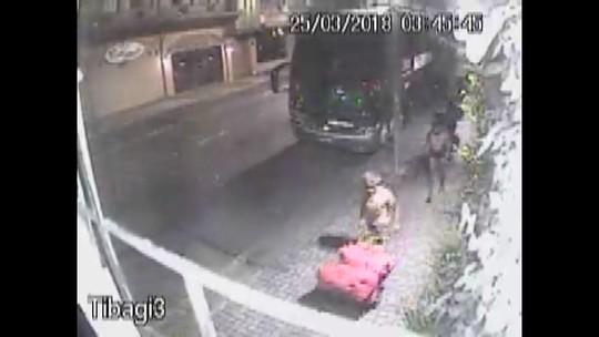 Vídeo mostra arrombamento e furto a ônibus do Paranavaí em Curitiba; veja