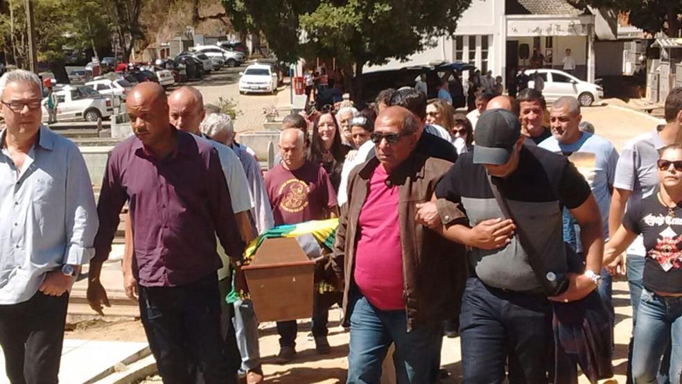 Corpo de Rogéria foi sepultado na tarde desta quarta-feira em Cantagalo — Foto: Juliana Scarini / G1