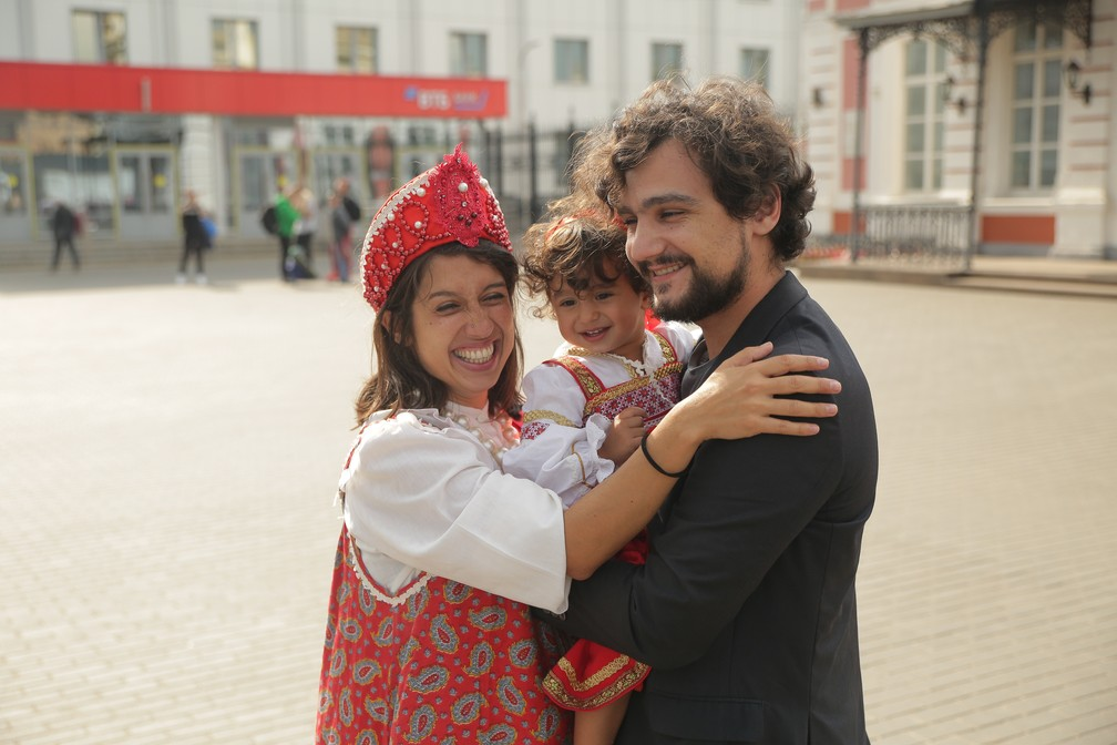 Gabriela, Olívia e João se reecontraram de novo depois de sete semanas em Nizhny Novgorod, na Rússia. — Foto: Evgeniy Stukachev/Natalia Bogdanova