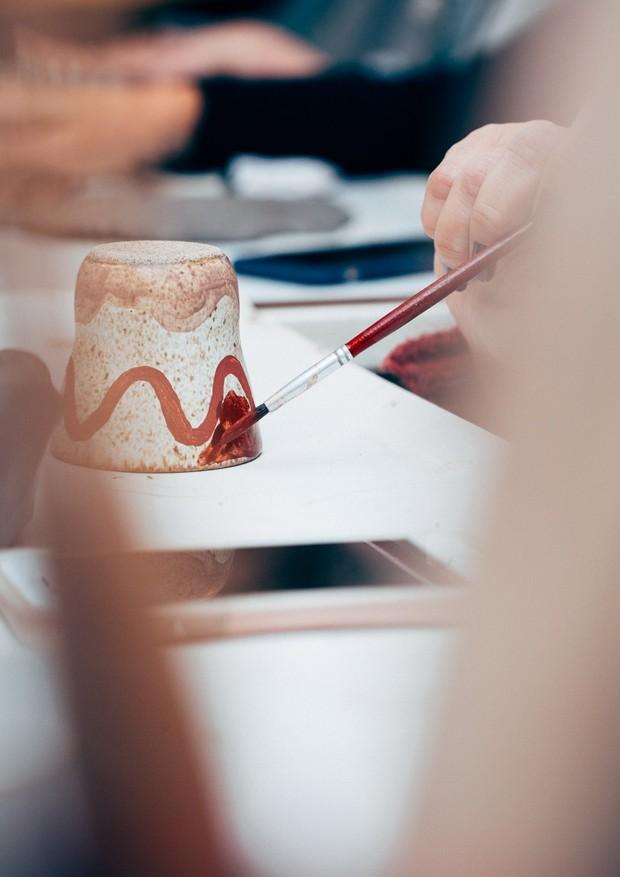 Finalização de cerâmica no workshop (Foto: Alex Libotte/Divulgação)