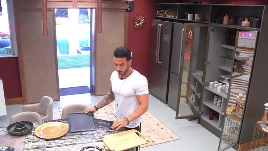 Gustavo organiza a cozinha e seca a louça