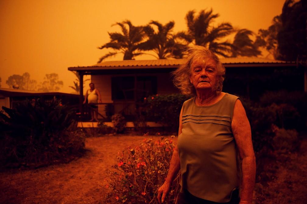 Nancy Allen e Brian Allen são vistos do lado de fora de sua casa enquanto ventos fortes empurram fumaça e as cinzas do incêndio Currowan em direção a Nowra, no estado de Nova Gales do Sul, na Austrália, em 4 de janeiro — Foto: Tracey Nearmy/Reuters