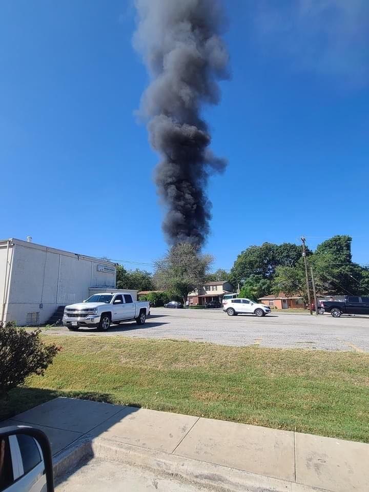 Avião de treinamento militar cai na Flórida e atinge duas casas