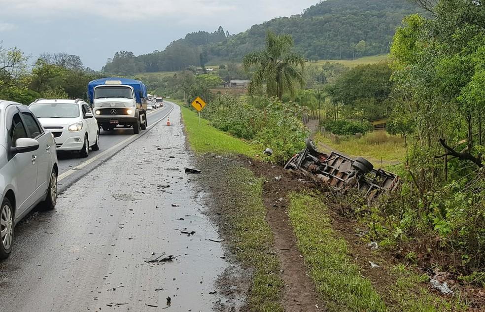 Caminhão tombou e caiu no acostamento; ocupantes se feriram levemente — Foto: PRF/Divulgação