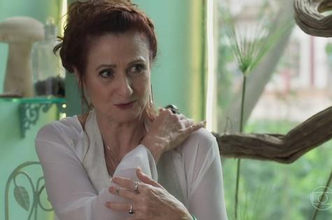Milu (Zezé Polessa) terá uma visão com a passagem secreta da fonte, mas, ao chegar no local - destruído a mando de Valentina - descobrirá que ele não tem saída (Foto: TV Globo)