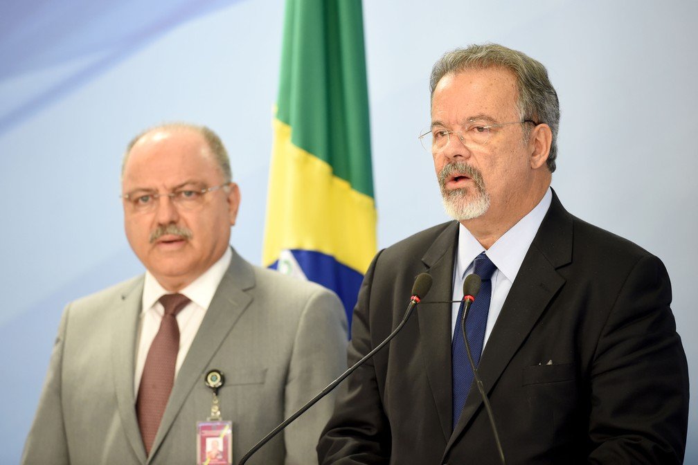 Ministro chefe do gabinete de segurança da Presidência Sergio Etchegoyen ao lado do ministro da Defesa Raul Jungmann  (Foto: Evaristo Sa/AFP)