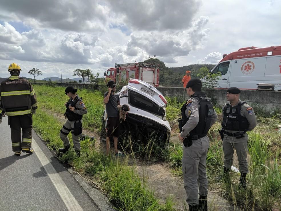 Corpo de Bombeiros fez o socorro de uma das quatro vitimas do capotamento em Novo Lino, Alagoas — Foto: Divulgação/Corpo de Bombeiros