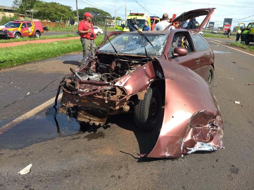 O carro com placas de Foz do Iguaçu foi atingido por uma caminhonete quando cruzava a BR-277, na região do bairro Três Lagoas — Foto: Renan Gouvêa/RPC