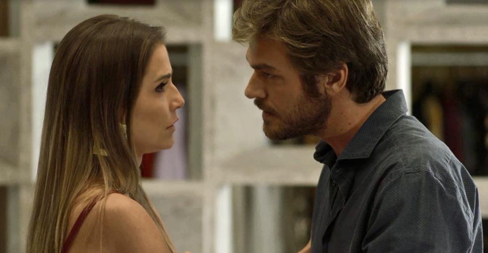 Beto pede que Karola fique com ele: 'Não me deixe!' (Foto: TV Globo)